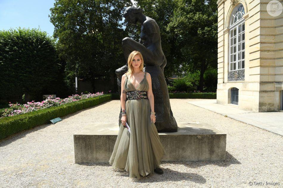 O vestido bem feminino de Chiara Ferragni para prestigiar o desfile da Dior