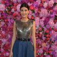 A editora de moda Giovanna Battaglia escolheu top Versace com saia jeans para assistir ao desfile da Schiaparelli