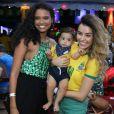 Aline Dias posou para fotos com filho, Bernardo, e atriz Talita Younan nesta sexta-feira, 6 de julho de 2018