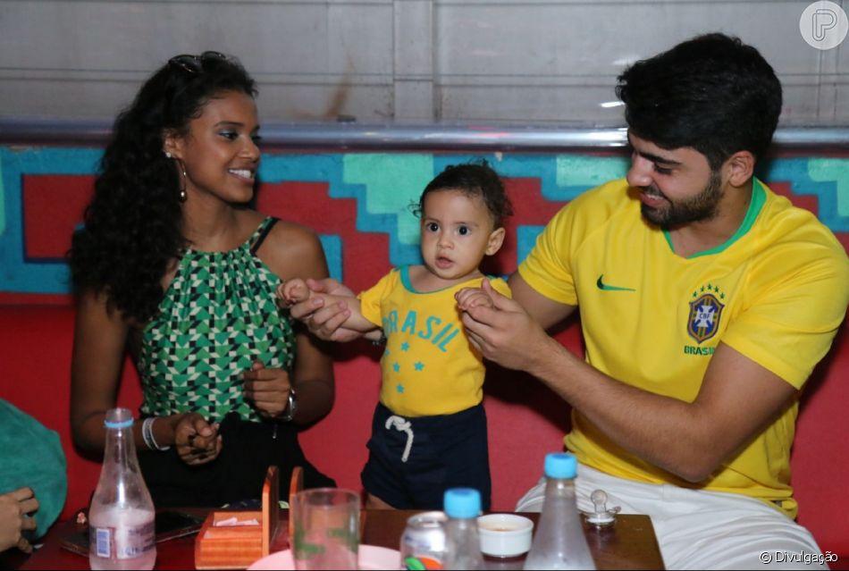 Aline Dias assistiu ao jogo da seleção brasileira no restaurante caribenho Coco Mambo acompanhada do marido e do filho nesta sexta-feira, 6 de julho de 2018