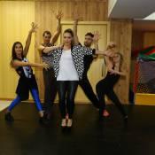 Tânia Mara faz coreografia com bailarinos e canta em ensaio de sua nova turnê