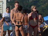 Filho de Marcello Novaes vai à praia com a namorada e a mãe, Letícia Spiller