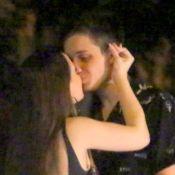 Acompanhada dos pais, Larissa Manoela beija namorado, Leo Cidade. Fotos!