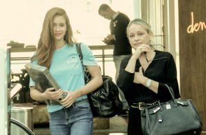 Look casual: Marina Ruy Barbosa usa t-shirt e jeans em passeio com a mãe. Fotos!