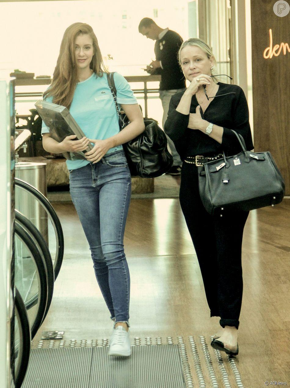Marina Ruy Barbosa passeou com a mãe, Gioconda, em um shopping na Barra da Tijuca, Zona Oeste do Rio, nesta sexta-feira, 13 de julho de 2018