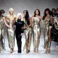 Donatella Versace entre tops dos anos 90 comemora os 40 anos da Versace. Campanha da marca conta com 54 modelos no casting