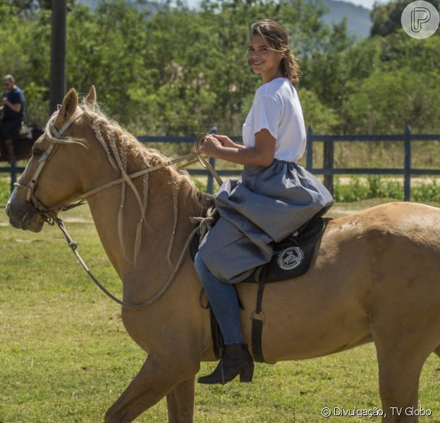 Bruna Marquezine filmou os bastidores das cenas da novela 'Deus Salve o Rei' enquanto andava a cavalo nesta quarta-feira, dia 18 de julho de 2018