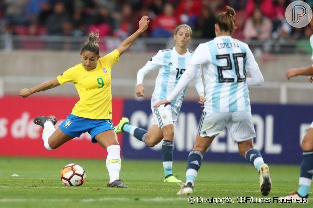 Debinha é apaixonada por futebol desde a infância: na escola, organizou o primeiro time de futebol feminino da escola