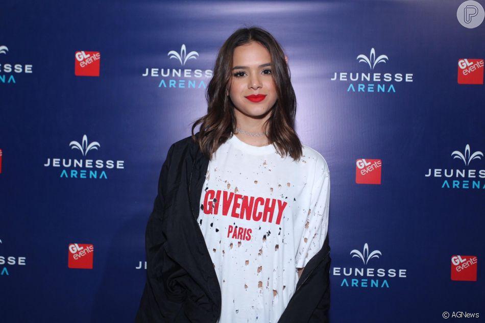 Logomania, a febre das logomarcas entre as famosas,  Bruna Marquezine  veste t-shirt Givenchy