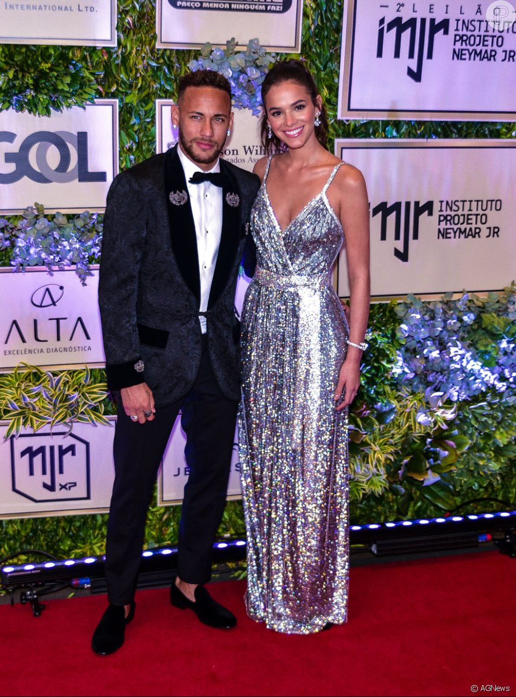 Com looks Dolce  amp  Gabbana, Bruna Marquezine elege malha com cristal e  Neymar usa 4bf6eb363f