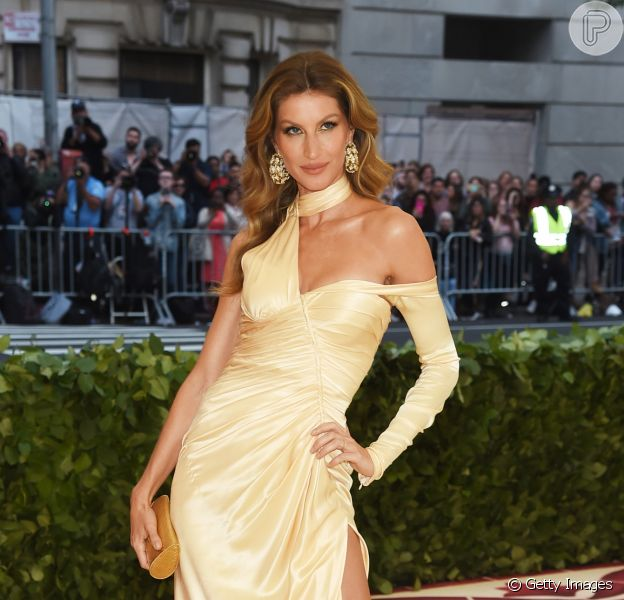 Defensora de causas ecológicas e entusiasta do estilo de vida sustentável, Gisele Bündchen encomendou da Versace um vestido com tecido reciclado especialmente para o Met Gala
