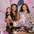 Débora Nascimento e a pequena Bella marcaram presença na festinha de 10 meses de Yolanda, filha de Juliana Alves com o diretor Ernani Nunes