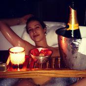 Pedro Scooby celebra 1 ano de casamento com foto de Luana Piovani em banheira