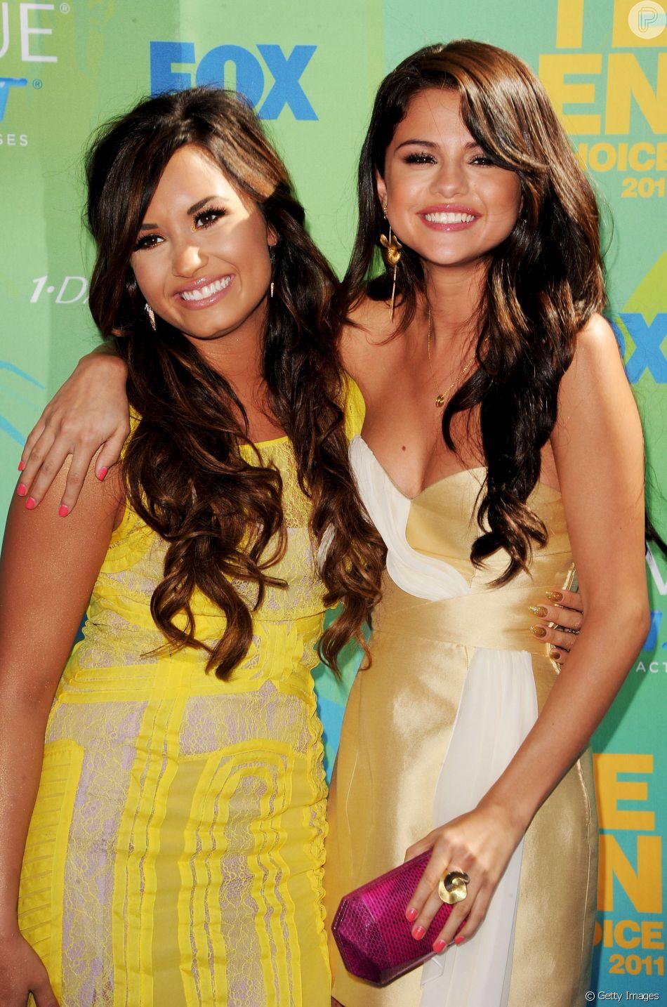 Selena Gomez falou com família de Demi Lovato após internação, de acordo com informações divulgadas nesta quarta-feira, dia 25 de julho de 2018