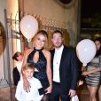 Carol Dantas e namorado dela, Vinicius Martinez, posam com Davi Lucca em casamento de amigos