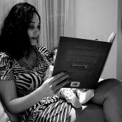 Débora Nascimento conta história para Bella, de 3 meses: 'Leia para os filhos'