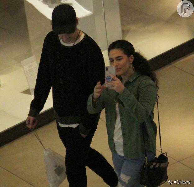 Acompanhada do namorado, Lívian Aragão não perdoou e registrou a ação do paparazzi na noite desta segunda-feira, 30 de julho de 2018