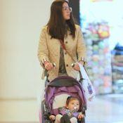 Carol Castro é fotografada com a filha, Nina, de 11 meses, em passeio. Veja!