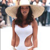 Mariana Rios usa maiô recortado e chapéu de palha em desfile. Veja fotos!