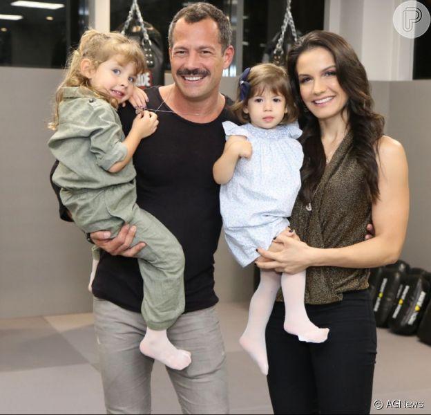 Kyra Gracie e o marido, Malvino Salvador, levaram as filhas para inauguração de academia nesta quinta-feira, 2 de agosto de 2018