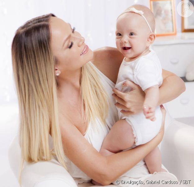 Filha caçula de Eliana, Manuela é batizada aos 10 meses
