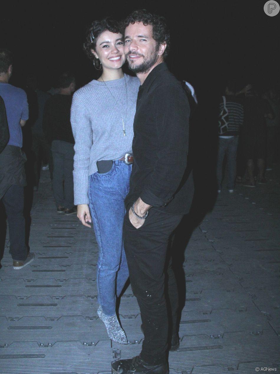 Sophie Charlotte aposta em look estiloso com bota de lurex para show com Daniel de Oliveira