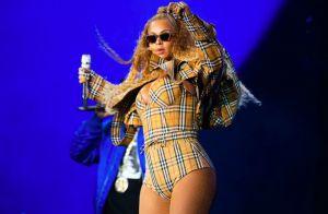 Beyoncé usa figurino sob medida em xadrez vintage Burberry na turnê 'OTRII'