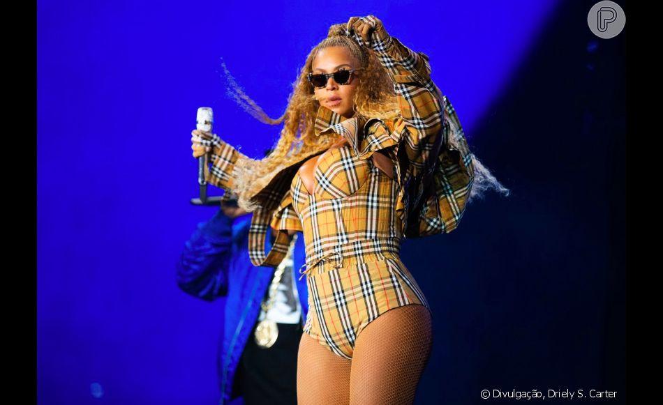 Beyoncé usou look exclusivo Burberry assinado por  Riccardo Tisci em seu show em Nova Jersey, nos Estados Unidos