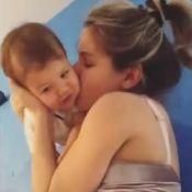 Mãezona! Andressa Suita brinca no chão e beija o filho Gabriel: 'Meu mundo'