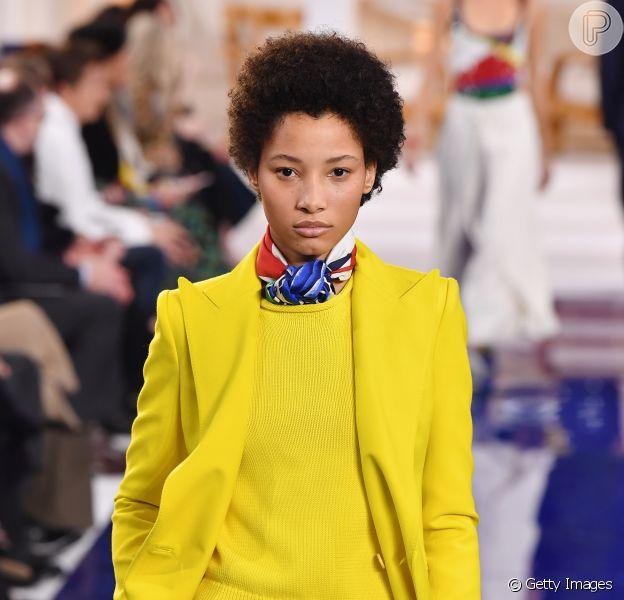 Colorblocking no inverno: o look Ralph Lauren traz o amarelo neon misturado ao vinil azul royal