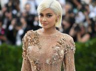 Kylie Jenner volta a ser loira e comemora aniversário com irmãs em boate: '21'