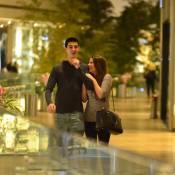 Vinicius Bonner, filho de Fátima Bernardes, passeia em shopping com a namorada