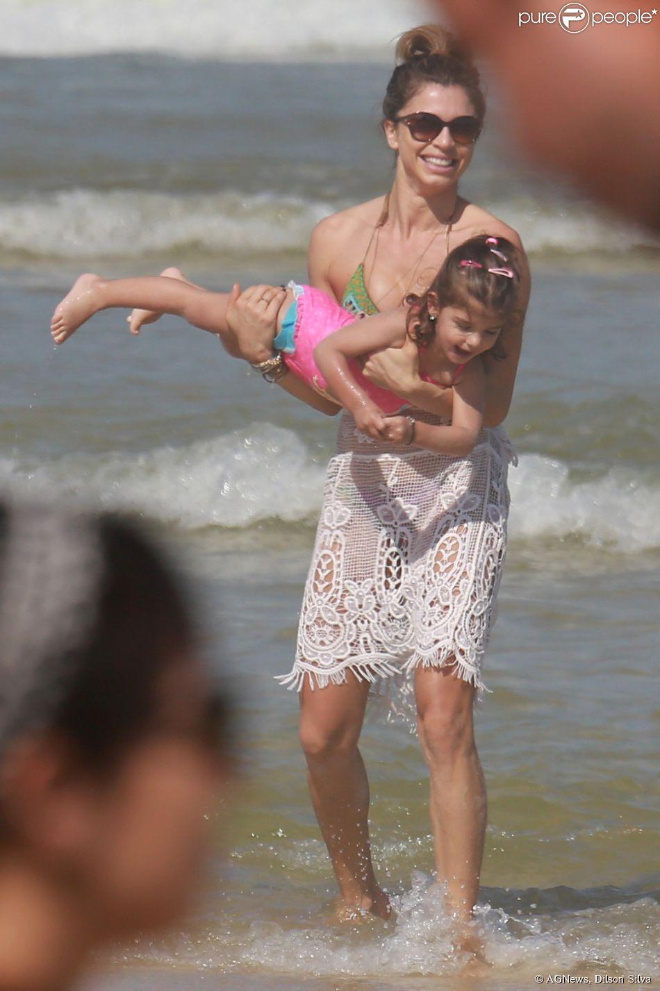 Grazi Massafera brinca com a filha, Sofia, na praia da Barra da Tijuca, Zona Oeste do Rio de Janeiro, neste sábado, 2 de agosto de 2014