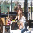 Grazi Massafera e Sofia tomaram água de coco ao saírem da praia