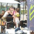 Grazi Massafera levou a filha, Sofia, na praia da Barra da Tijuca, Zona Oeste do Rio de Janeiro, neste sábado (02)