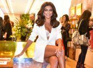 Juliana Paes combina peças all white com sandália de PVC em evento. Veja o look