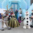 Os personagens do filme de animação da Disney 'Frozen' aguardam a chegada dos convidados na festa de aniversário de 5 anos de Rafaella Justus