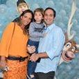Caio Ribeiro, comentarista esportivo da Globo, posa com a mulher, Renata Leite, e o filho