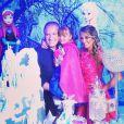 Rafaella Justus posa com os personagens do seu aniversário com tema 'Frozen', da Disney