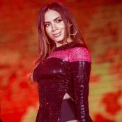 Com look de paetê e hot pants, Anitta faz estreia na Festa do Peão de Barretos