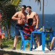 Wesley Safadão tirou fotos com fãs que o abordaram na Praia da Barra da Tijuca