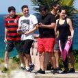 Com amigos, Wesley Safadão relaxou na orla da Praia na Barra da Tijuca