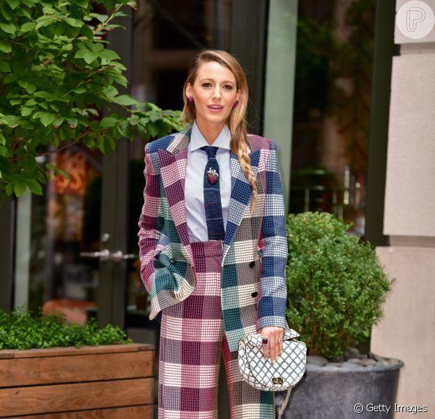 Terninhos no tapete vermelho: famosas que estão amando a tendência. Blake usou terno xadrez com gravata para promover seu novo filme em Nova York