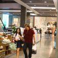 Edson Celulari caminha com a filha, Sophia, em shopping do Rio