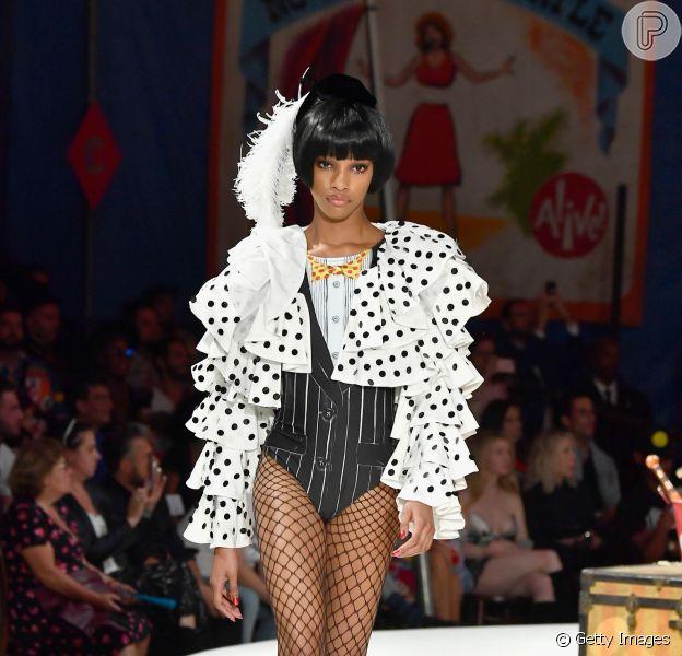 Clássico fashion: as estampas de bolinha fazem seu retorno na moda. No look Moschino, cheio de babados, as bolinhas fizeram um mix com a risca de giz e a meia arrastão