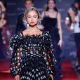 Dolce & Gabbana incestiu no maximalismo dos babados misturados aos poás grandões