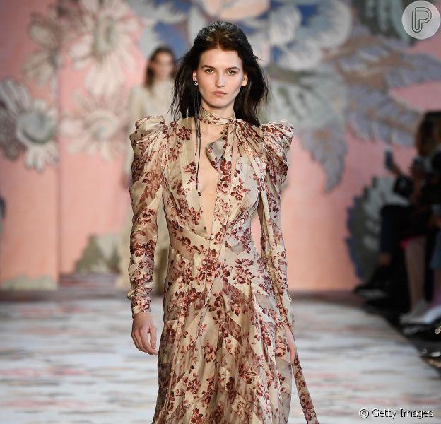 Compre na liquidação e use na próxima estação: vestido floral da Zimmermann vai continuar em alta
