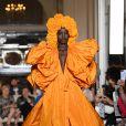 Tons terrosos: a Valentino apostou em um laranjão em look de alta-costura da grife