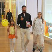 Em família! Cauã Reymond se diverte com a filha, Sofia, e a mãe em shopping