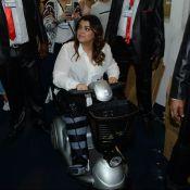 Preta Gil surge com perna imobilizada e usa triciclo em evento de beleza, em SP